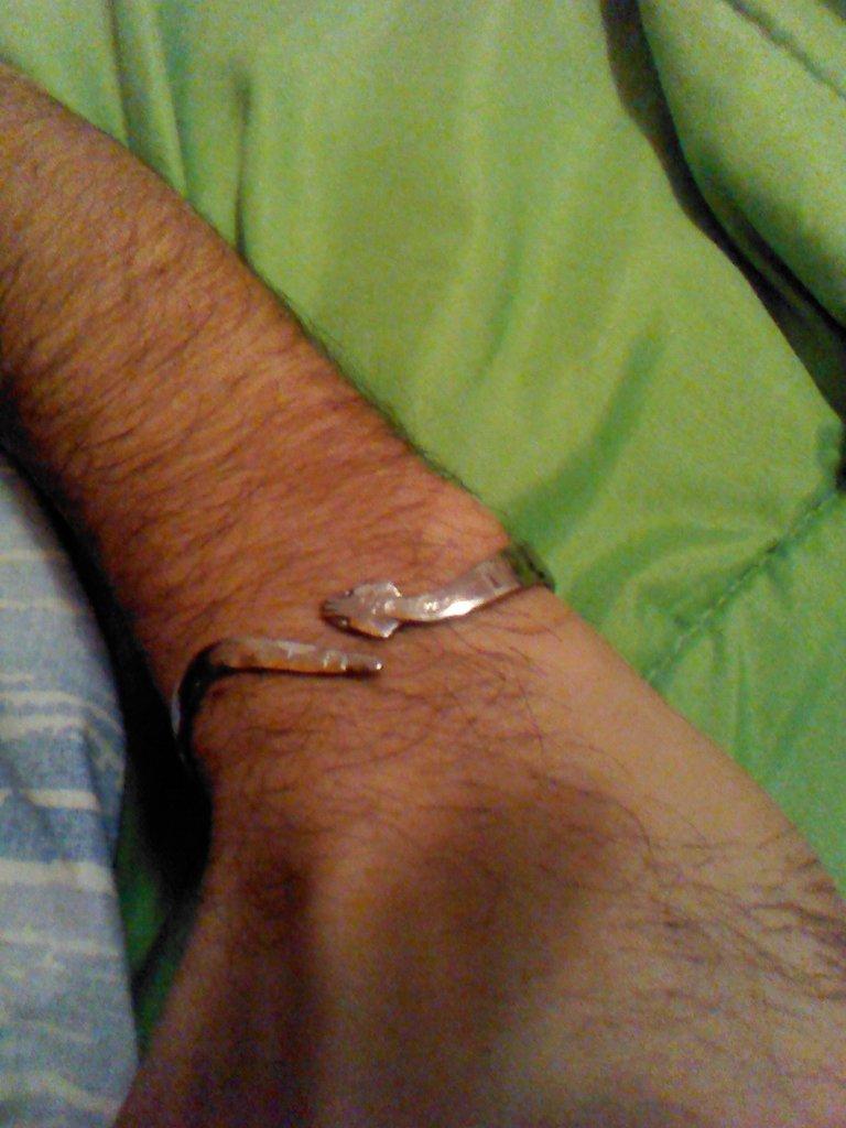 Lucente e avvolgente bracciale artigianale  in acciaio a forma di serpente