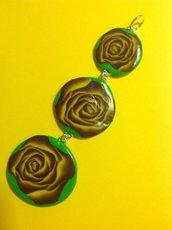 Ciondolo in fimo su base verde con fiori e rose nei toni del giallo e viola