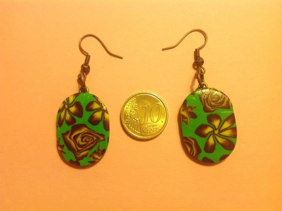 Orecchini in fimo con perle su base verde con fiori e rose nei toni del giallo e viola