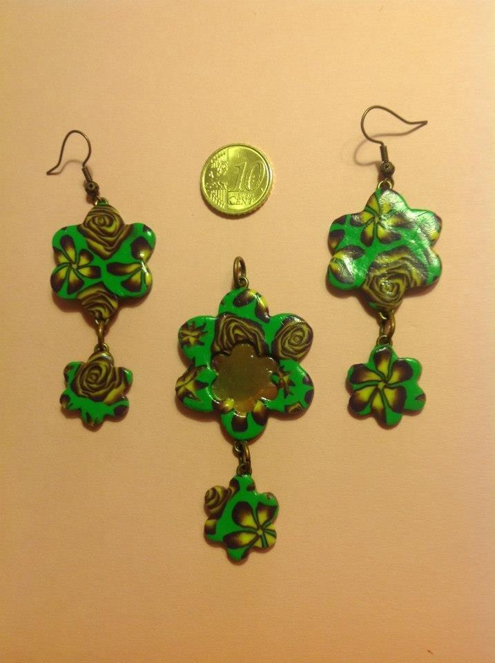 Ciondolo ed orecchini in fimo a forma di fiori su base verde con fiori e rose nei toni del giallo e viola