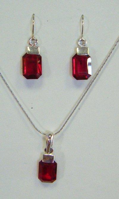 completo collana con catena in metallo colore argento , orecchini e ciondolo in cristallo