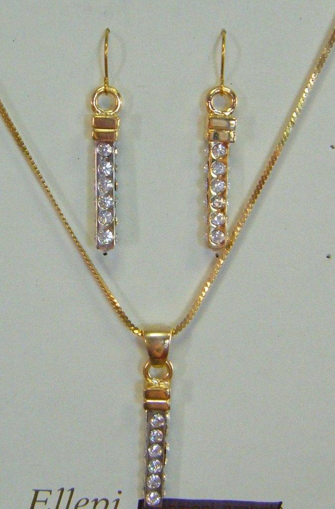 parure,  collana con catena in metallo dorato , orecchini e ciondolo  pendenti con metallo dorato e strass