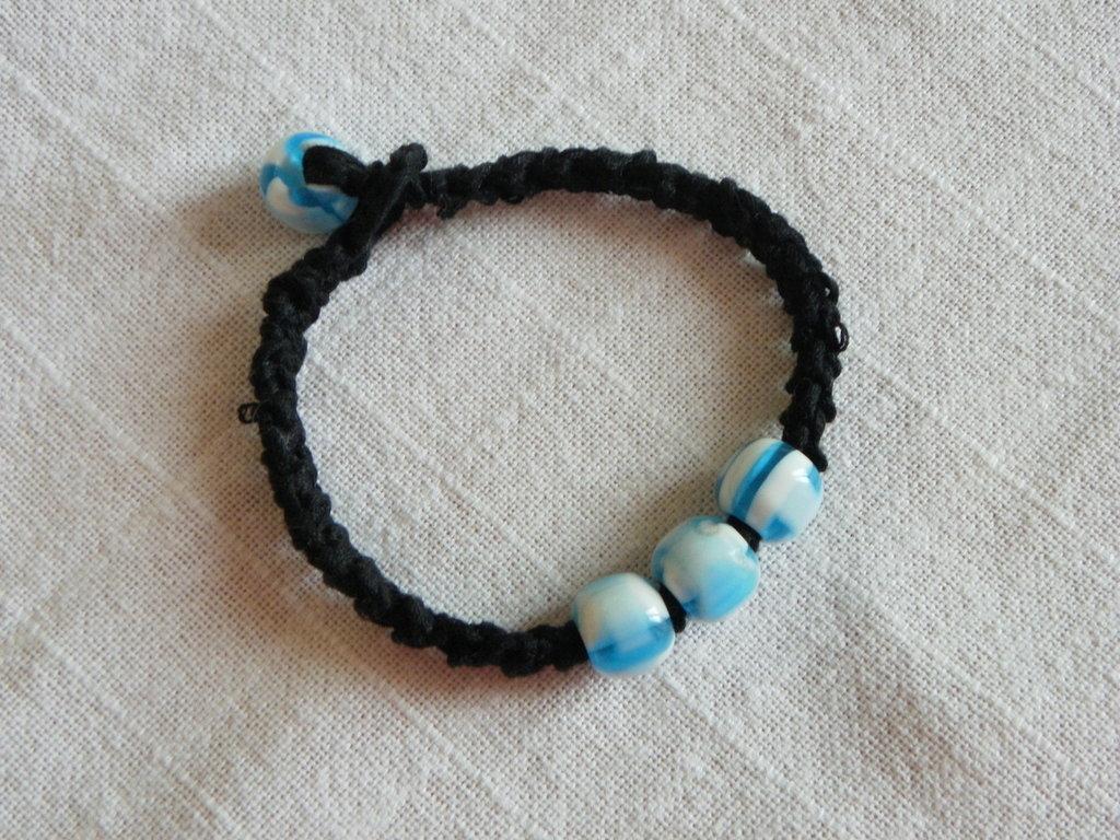 braccialetto in cotone nero con perle azzurre