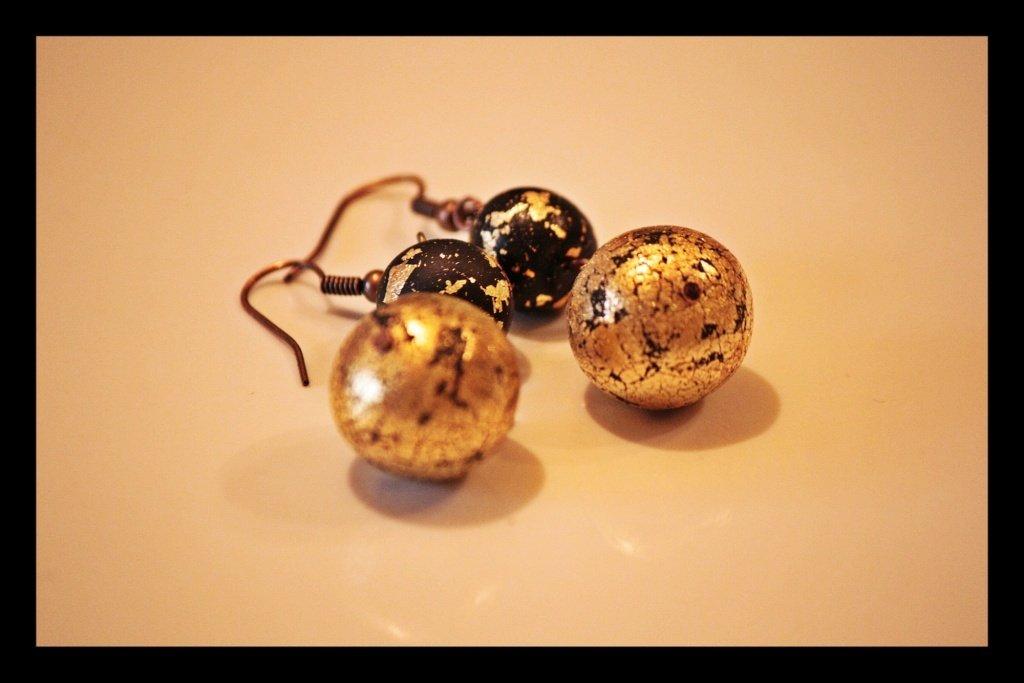 eleganti orecchini pendenti in foglia d'oro