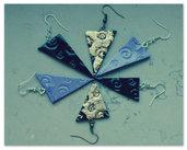 orecchini triangolari con incisioni e foglia oro