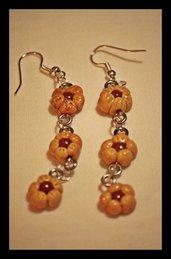 orecchini pendenti con piccoli fiori
