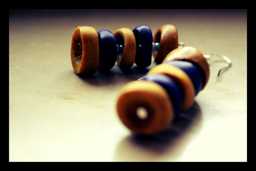 orecchini colorati in pasta sintetica