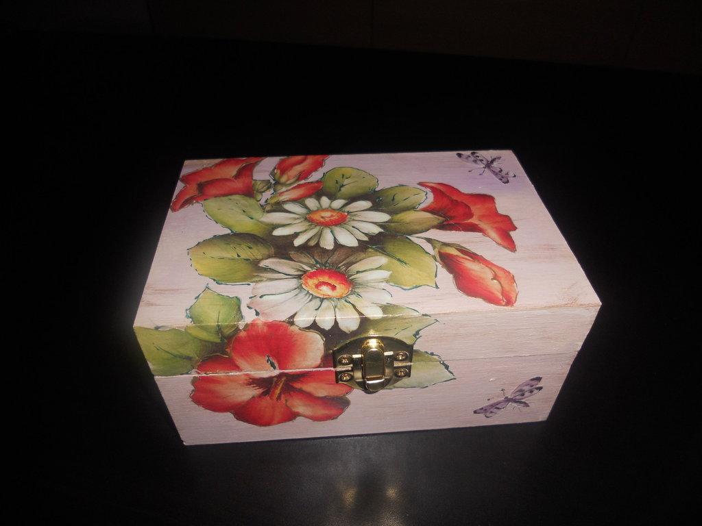 Scatola in legno con fiori decorata a decoupage