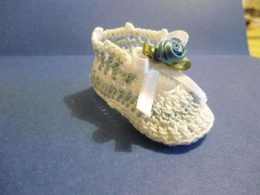 Bomboniera Battesimo scarpina bianca e azzurra all'uncinetto
