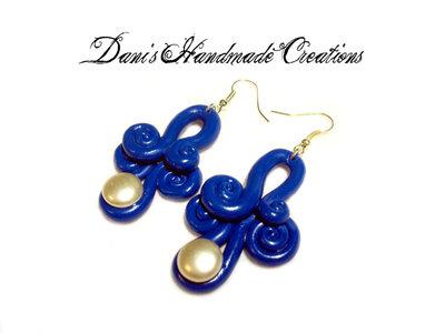 orecchini ghirigori blu in fimo, con perla bianca applicata