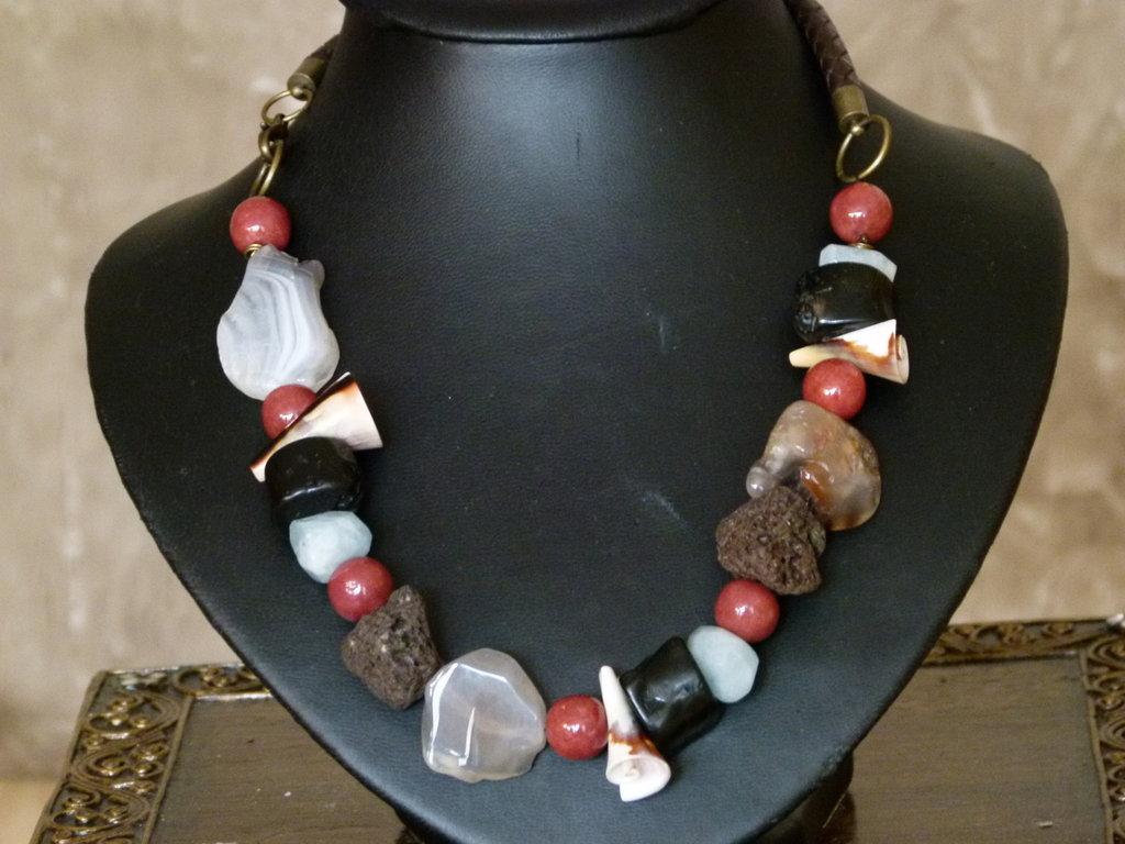 Collana in agata, corniola, lava,corallo bamboo, angelite,conchiglia ed impasto di madrepora