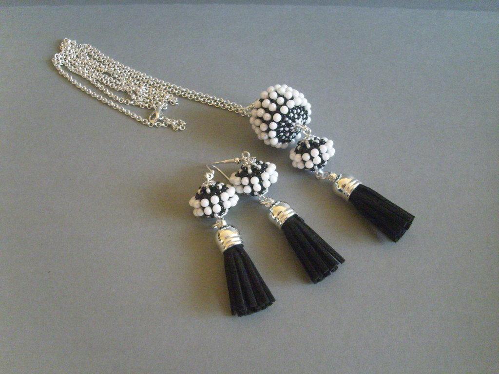 Collana di perle rivestite in bianco e nero