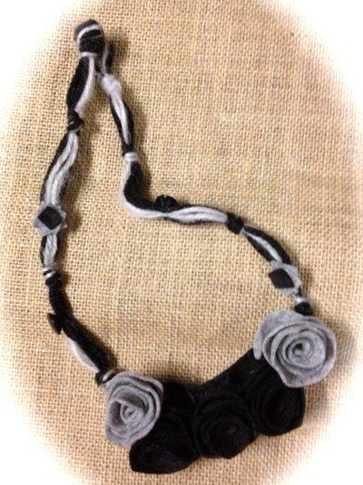 Collana nera e grigia con rose in panno