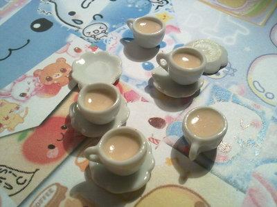 Tazzina in ceramica bianca con latte