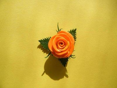 Ciondolo in fimo a forma di rosa arancione e gialla