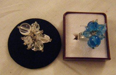 anello regolabile colore argento e perline in vetro colore bianco e azzurro