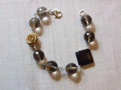 Bracciale con perle in vetro fumè, onice nera e rosellina beige in resina - cod. D18