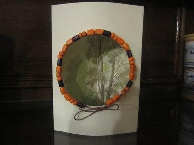 Biglietto tridimensionale con paesaggio e cornice di perline in legno