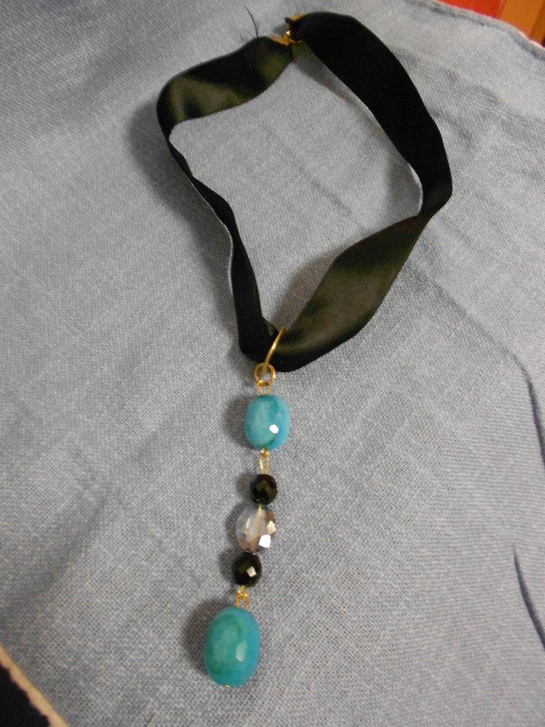 Collana da decoltè nera in raso con perle pendenti