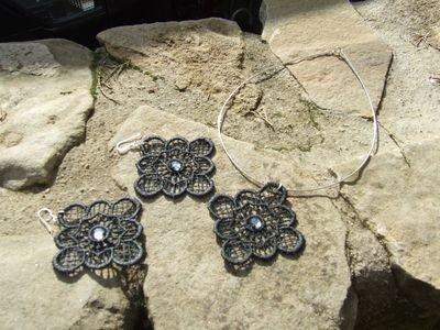 Parure composta da collana e orecchini in pizzo Macramé nero con cristalli Swarovski color fumé - cod. F6