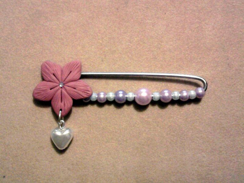Spilla con fiore e perle fimo