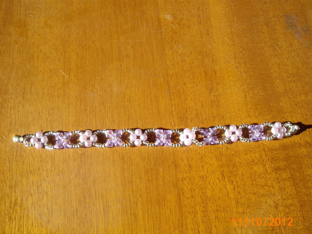 Bracciale in rosa e lilla.