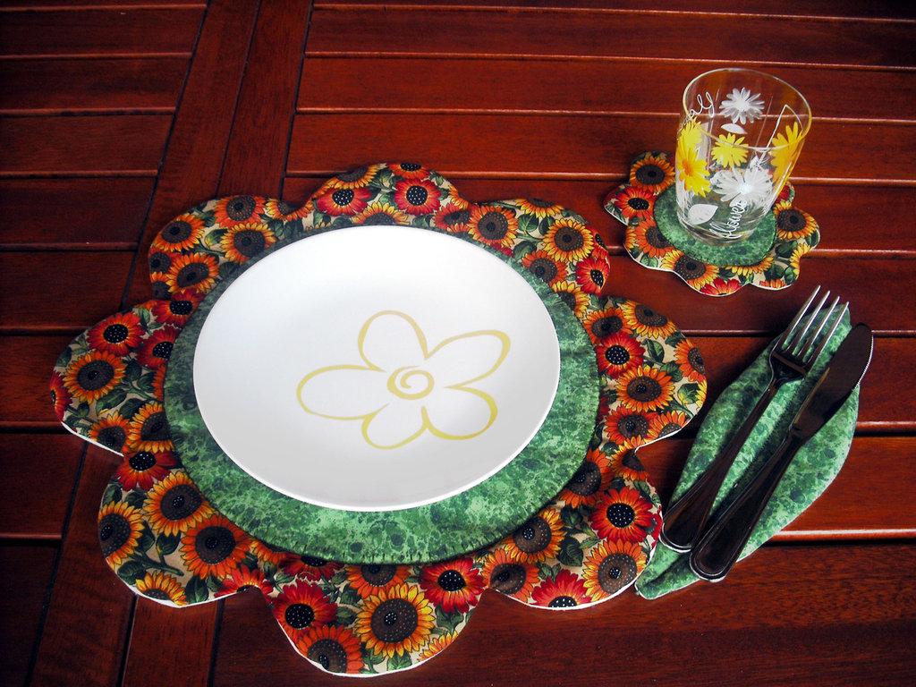 Cartamodello per tovaglietta all'americana in stoffa con sottobicchiere e sottoposate per una tavola fiorita