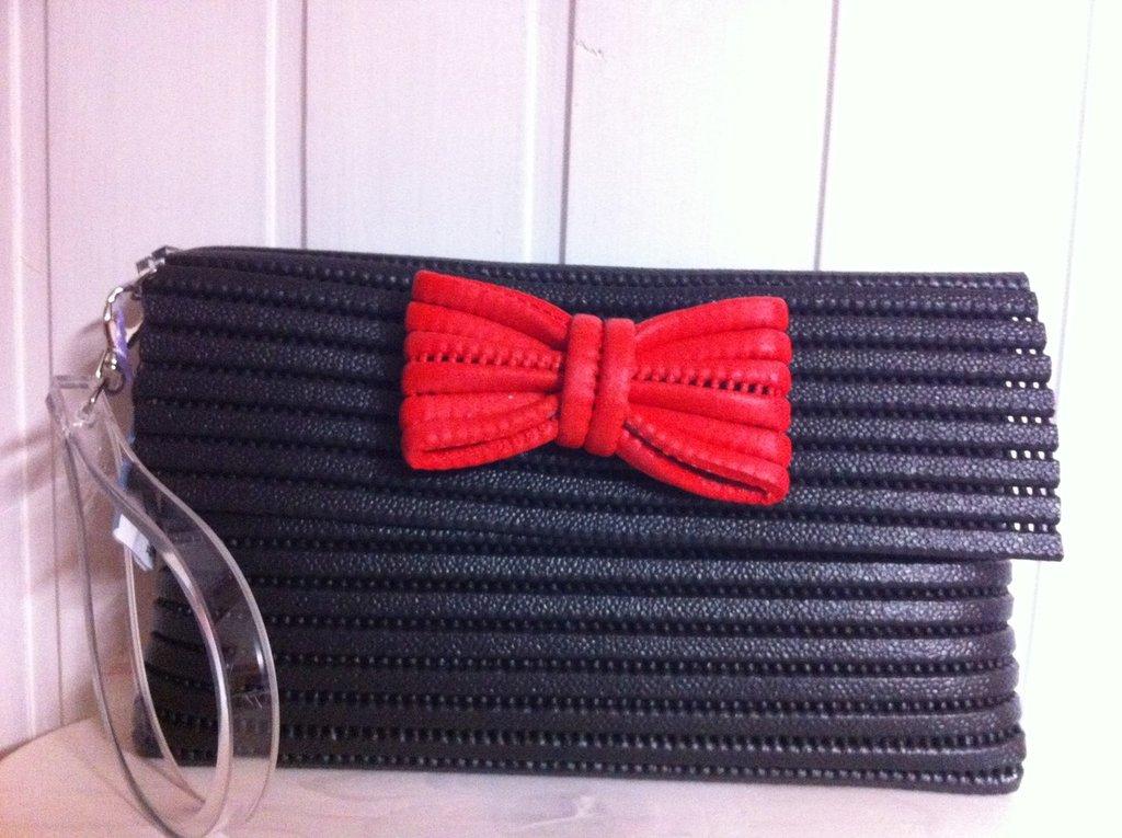 Pochette nera con fiocco rosso