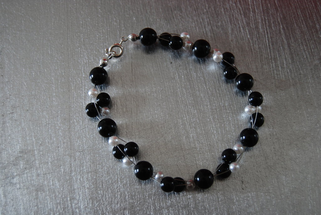 Bracciale di perle sospese (Bianche e nere)