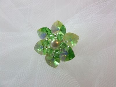 Anello in cristallo Swarovski con cuori verde smeraldo e perla centrale - cod. E14