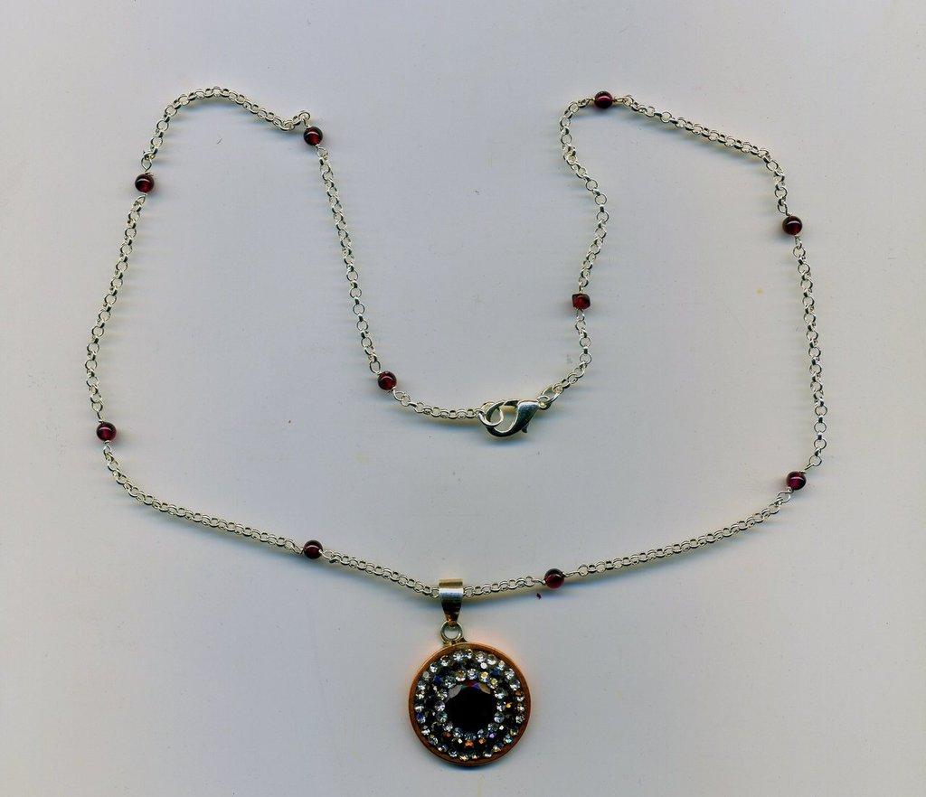Collana con pendente in argento, radice di rubino e zaffiri bianchi