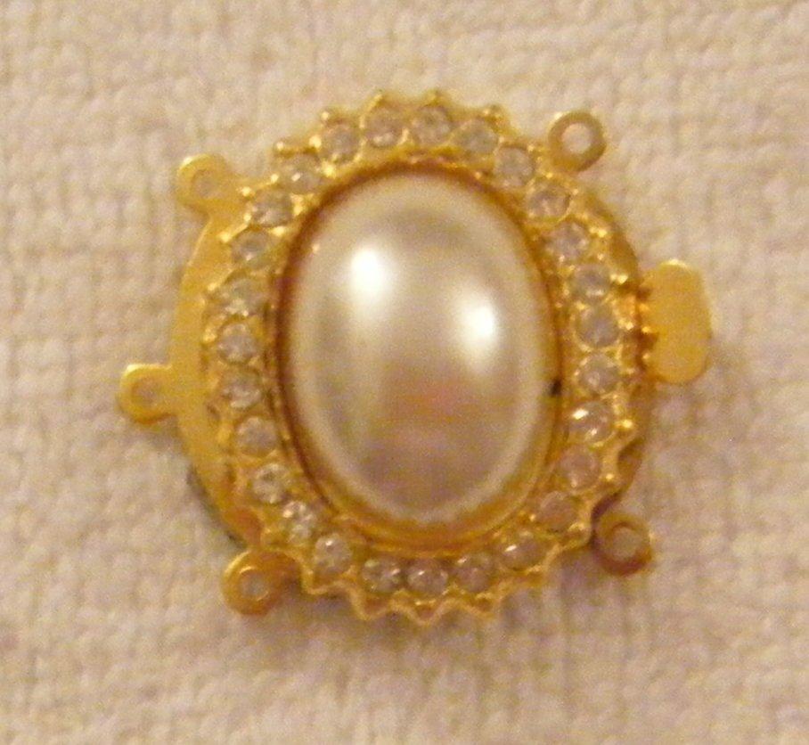 chiusura a 3  fili in metallo dorato,perla cabochon e strass