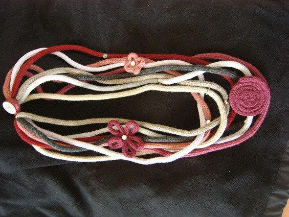 collana di tubolari e fiori