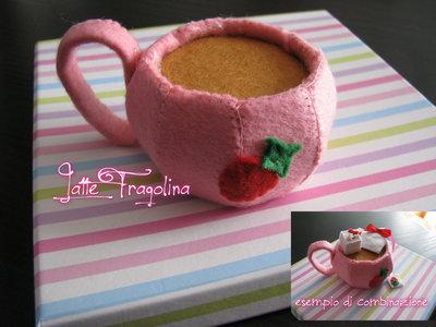 Tazzina da tè giocattolo in feltro realizzato a mano.