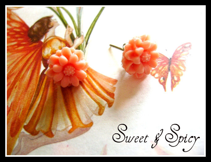 SWEET LITTLE FLOWERS VINTAGE CABOCHON EARRINGS-ORECCHINI DA LOBO CON FIORELLINO IN RESINA