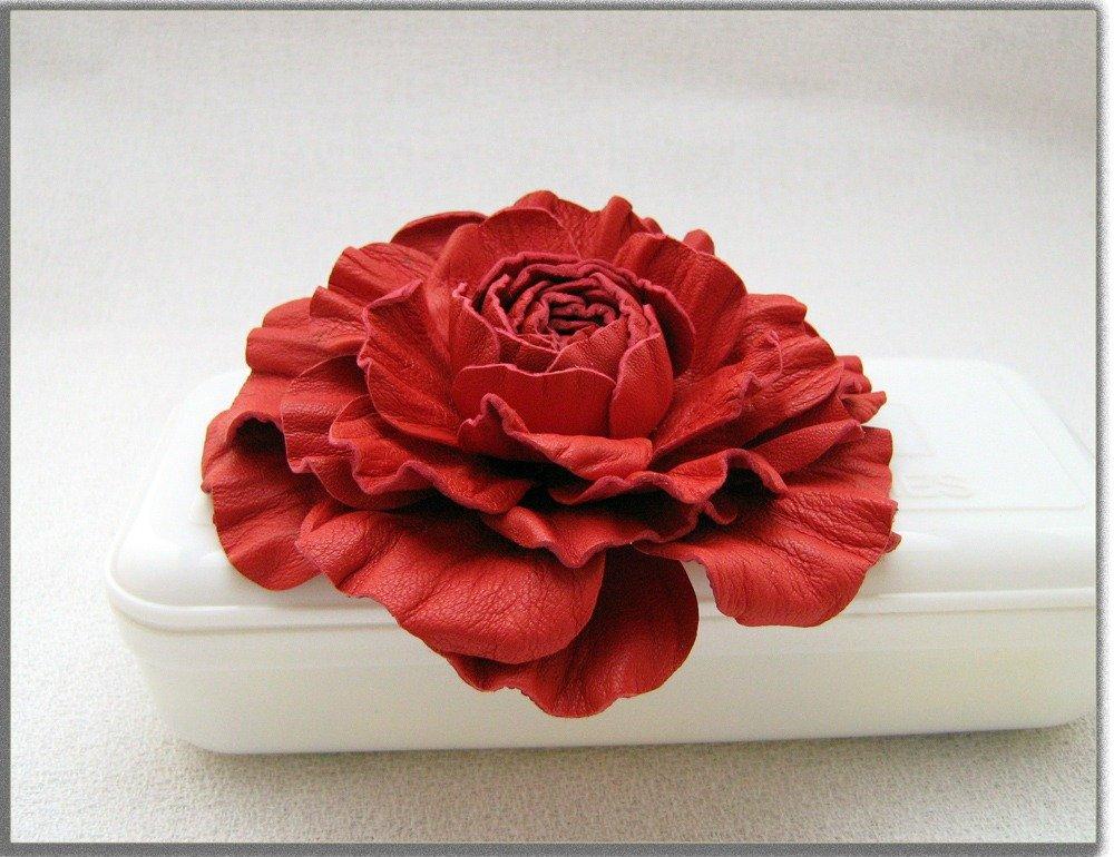 Spilla fiore di pelle. Rosa rossa.