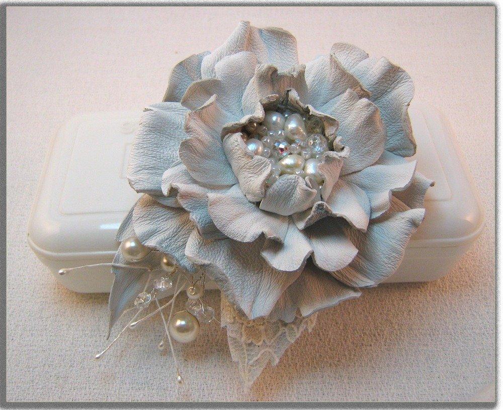 Spilla fiore di pelle. Fiore bianco.