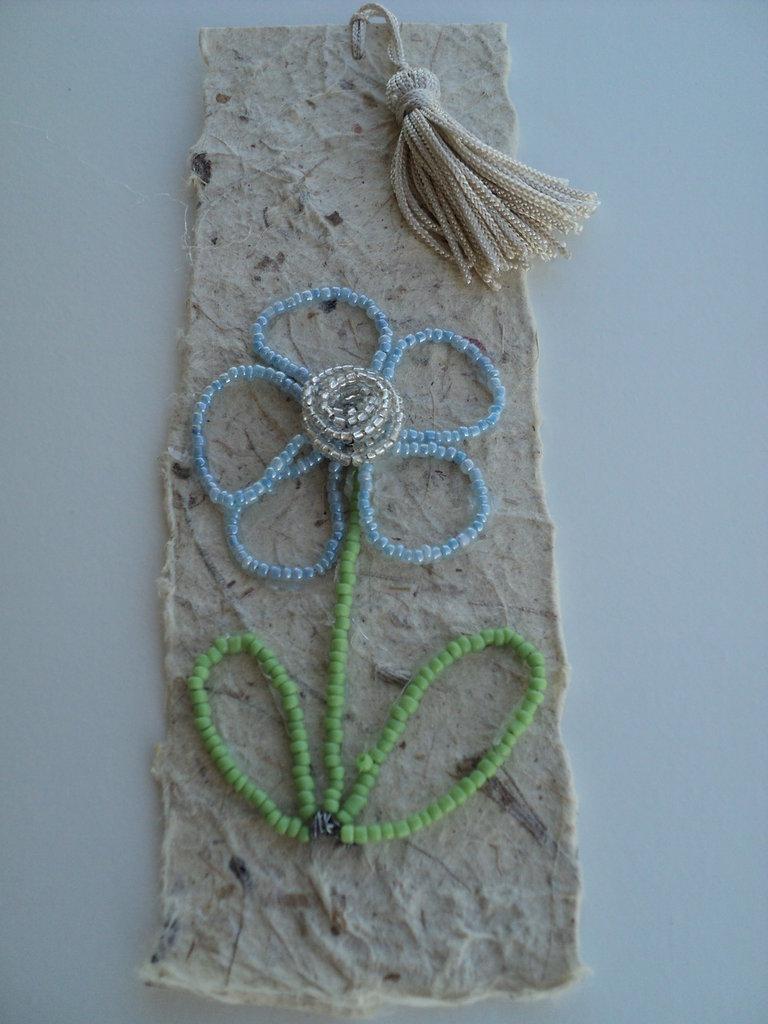 segnalibro con fiore in perline