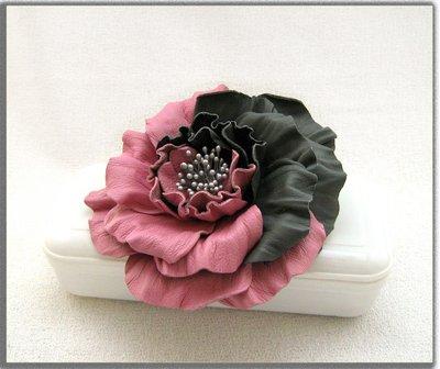 Spilla fiore di pelle. Rosa bicolore.