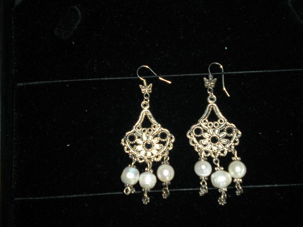 Orecchini chandelier argento tibetano e perle fatti a mano.