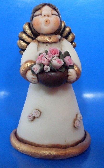 Angelo con cesto di rose