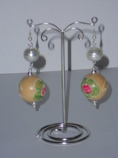 Orecchini con perle di legno