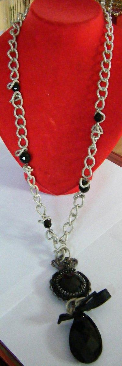 bellissima collana lunga con catena, mezzo cristallo , ciondolo e pendente