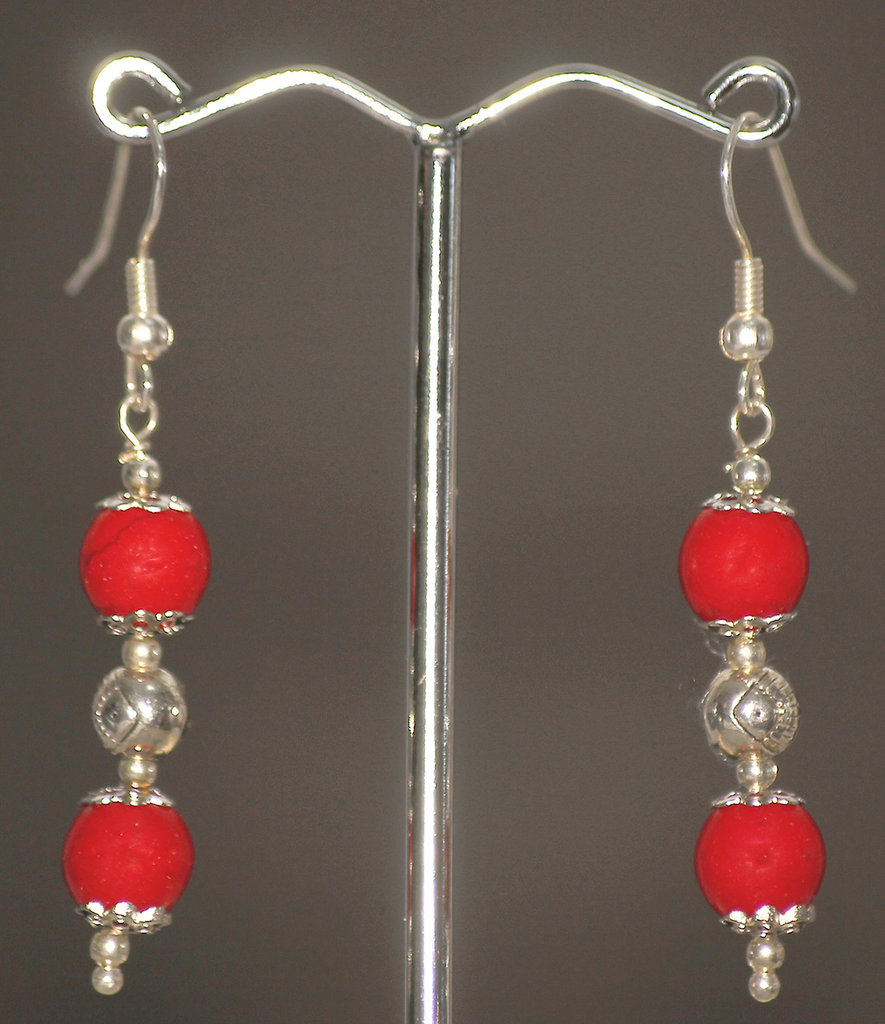 Orecchini giada rossa striata con elemento tondo in metallo