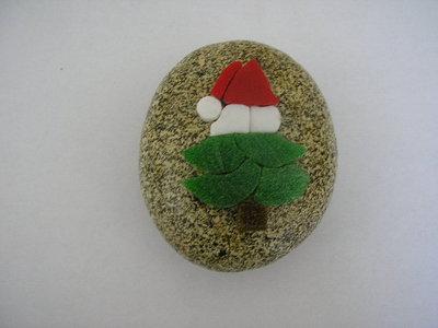 Fermacarte con mosaico albero di natale su sasso