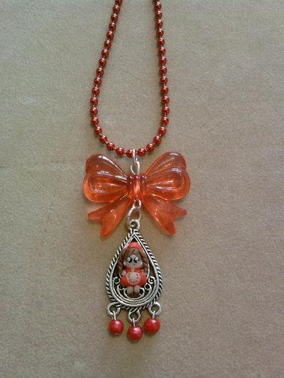 Collana con mini candeliere con Cappuccetto Rosso e perle fimo