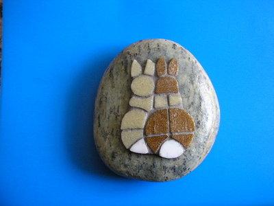 Fermacarte con mosaico coniglietti innamorati su sasso - mosaic paperweight - Mosaik Briefbeschwerer