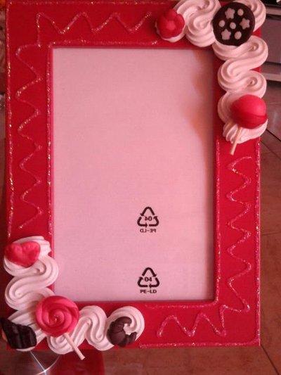 cornice portafoto in legno decorata con dolcetti in fimo e panna