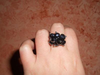 anello con pendenti neri