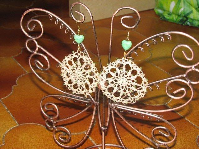 orecchini all'uncinetto con perle a forma di cuore